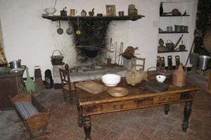 allestimento di una vecchia cucina nello spazio dedicato all'alimentazione