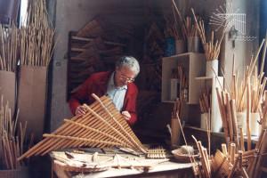 costruzione del flauto di Pan, strumento musicale della trazione locale
