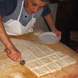 preparazione del tortello alla lastra di Corezzo