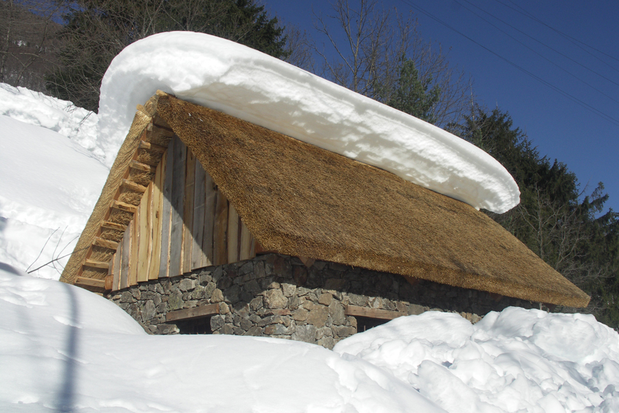 un tetto in paglia di segale recentemente costruito a Sant'Anna